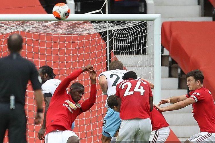 Gelandang Manchester United, Paul Pogba, menepis bola dengan tangannya pada laga Liga Inggris kontra West Ham United di Stadion Old Trafford, Inggris, pada 22 Juli 2020.
