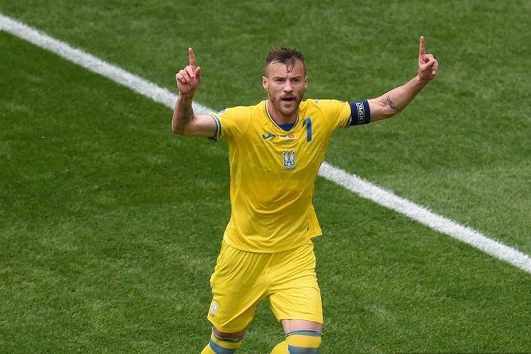 Pemain depan Ukraina Andriy Yarmolenko merayakan setelah mencetak gol pembuka selama pertandingan sepak bola Grup C UEFA EURO 2020 antara Ukraina dan Makedonia Utara di National Arena di Bucharest pada 17 Juni 2021.