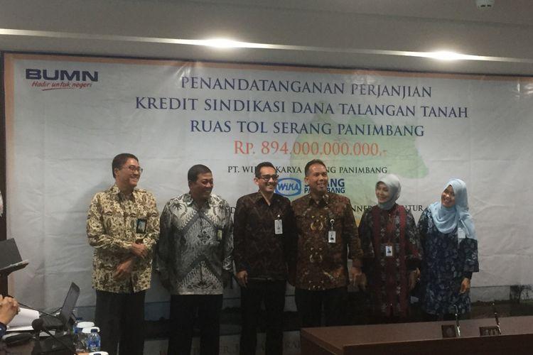 Penandatanganan kredit sindikasi proyek Jalan Tol Serang-Panimbang di Kantor Pusat PT Wijaya Karya (Persero) Tbk, Kamis (16/11/2017). Wika mendapatkan kredit sindikasi Rp 894 miliar untuk membebaskan lahan.
