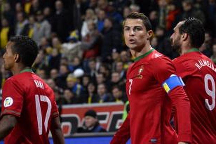 Penyerang Portugal Cristiano Ronaldo merayakan gol ke gawang Swedia dalam leg kedua play-off yang berlangsung di Stadion Friends Arena, Solna, Stockholm, Rabu (20/11/2013) dini hari WIB. Ronaldo mencetak hattrick dan mengantarkan Portugal menang 3-2 atas Swedia