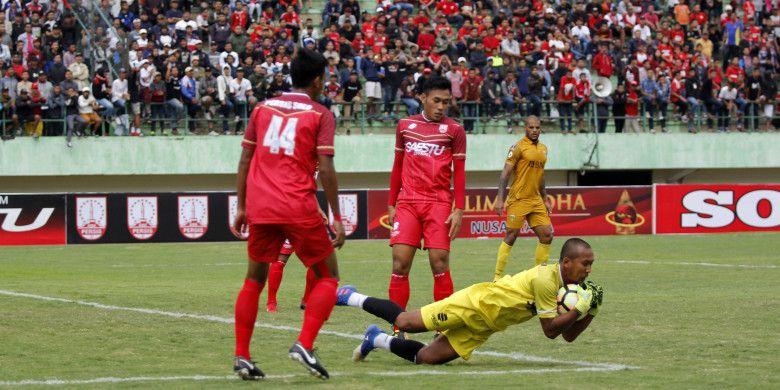 Kiper Persis Solo, Galih Sudaryono mengamankan bola saat laga uji coba lawan Bhayangkara FC di Stadion Manahan, Solo, Minggu (25/2/2018).