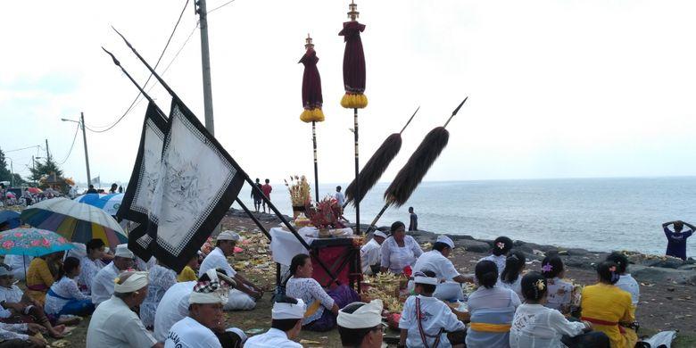 Warga Bali menjalani ritual Melasti di Pantai Padanggalak