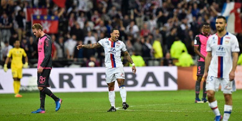 Pemain sayap Lyon, Memphis Depay, tampak gembira seusai mencetak gol ke gawang Toulouse pada pertandingan Ligue 1, Minggu (12/3/2017).