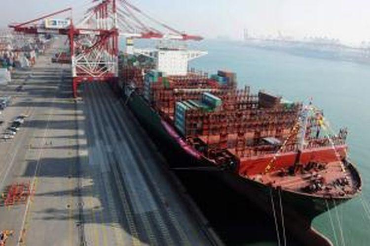 Kapal kontainer terbesar di dunia CSCL Globe tengah merapat di pelabuhan Qingdao, China.