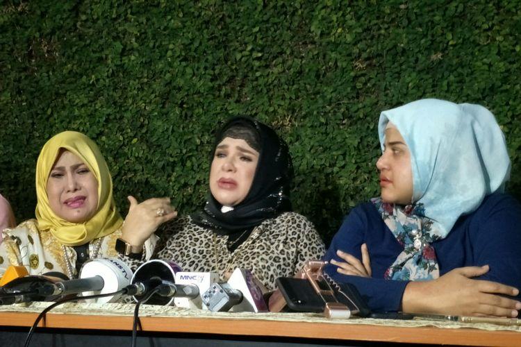 Penyanyi dangdut Elvy Sukaesih dan kedua outrinya, Fitria Sukaesih dan Dhawiya Sukaesih saat menggelar jumpa pers di kediamannya di kawasan Pejaten, Jakarta Selatan, Sabtu (14/9/2019).