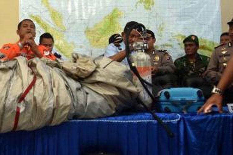 Tim SAR memperlihatkan barang dan serpihan yang diambil dari Laut Jawa dalam operasi pencarian pesawat AirAsia QZ8501, di Pangkalan Bun, Kalimantan Tengah, Selasa (30/12/2014). Sejumlah barang dan jenazah sudah berhasil diangkat oleh tim SAR dari laut.
