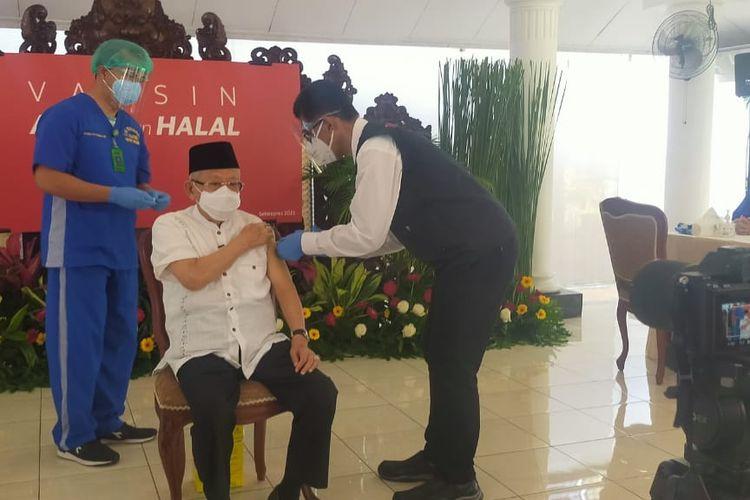 Wakil Presiden Ma'ruf Amin saat menerima vaksinasi Covid-19 dosis kedua di kediama dinas, Jakarta, Rabu (17/3/2021).