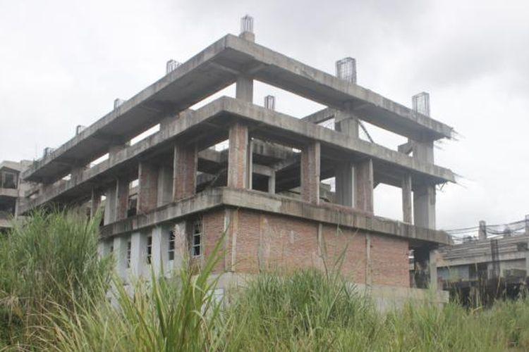 Salah satu bangunan di Wisma Atlet Hambalang masih berbentuk bangunan tak beratap. Gedung tiga lantai ini tidak dilanjutkan kembali akibat kasus korupsi dalam proses pembangunannya.
