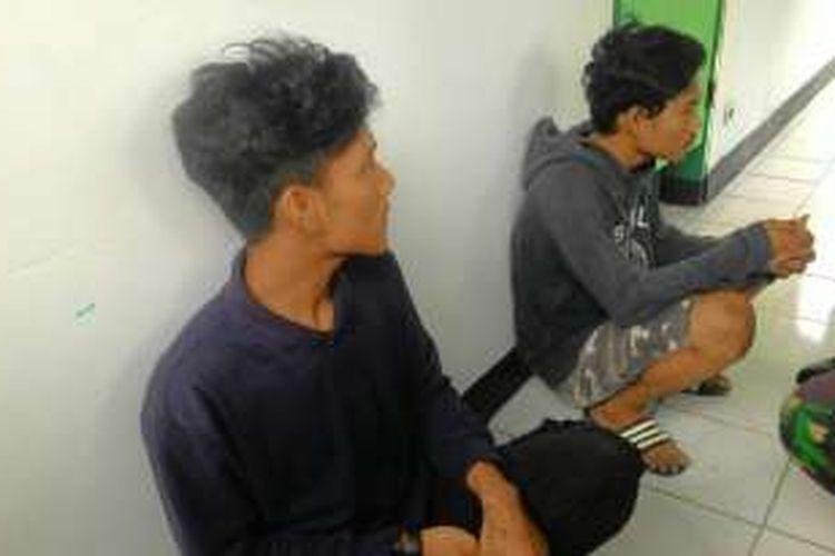 Dua pelajar tengah diamankan oleh tentara setelah terlibat tawuran di areal Stadion Lapatau, Kabupaten Bone, Sulawesi Selatan. Selasa, (26/01/2016).