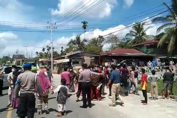 Tangkapan layar video saat warga mengambil paksa pasien Covid-19 di RSUD Indrasari di Kabupaten Inhu, Riau, Sabtu (3/7/2021).