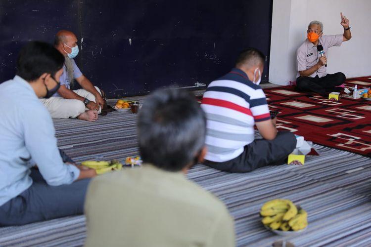 Gubernur Provinsi Jateng Ganjar Pranowo, saat berdialog dengan para petani tembakau, di salah satu gudang tembakau Temanggung, Selasa (25/8/2020).
