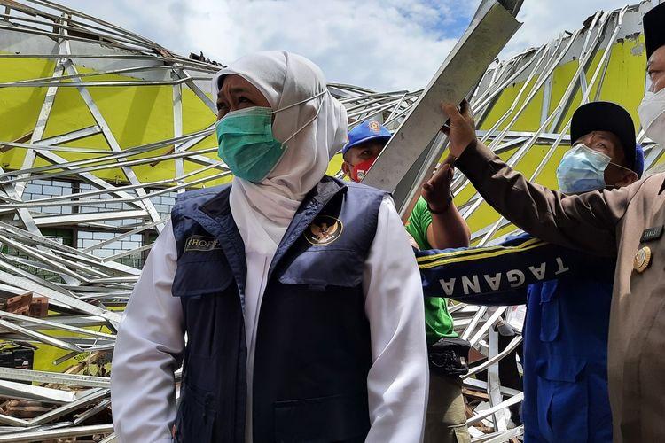 Gubernur Jawa Timur, Khofifah Indar Parawansa saat mengunjungi MAN 2 Malang di Kecamatan Turen, Kabupaten Malang yang rusak akibat gempa, Minggu (11/4/2021).