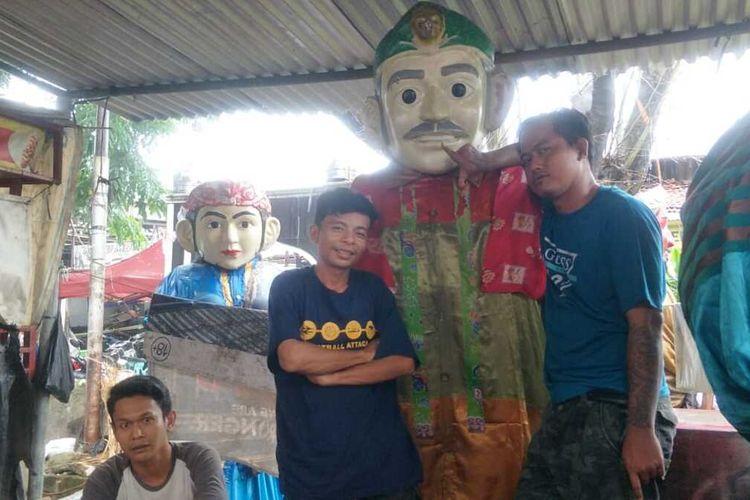 Para perajin ondel-ondel di Kampung Ondel-ondel, RW 03, Kelurahan Kramat, Senen, Jakarta Pusat, Minggu (16/2/2020).