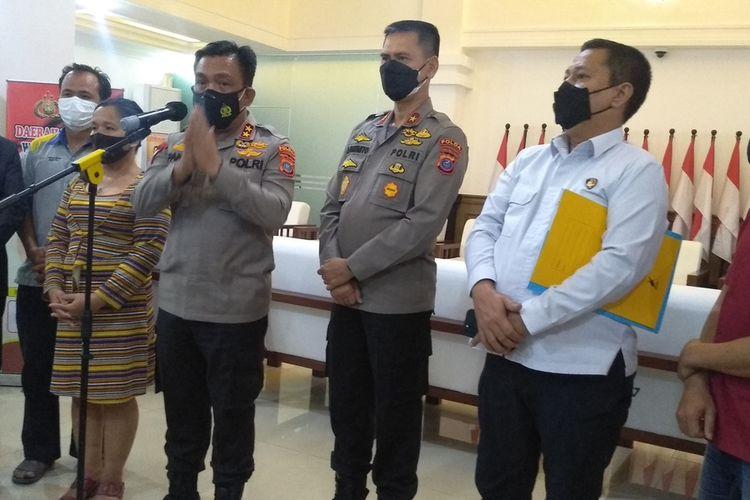 Kapolda Sumatera Utara, Irjen Pol RZ Panca Putra Simanjuntak memberikan keterangan resmi kepada wartawan pada Selasa (12/10/2021) malam terkait penanganan perkara saling lapor dalam kasus penganiayaan di Pasar Gambir Tembung pada Minggu (5/9/2021) pagi. Panca menjelaskan beberapa temuan baru dalam kasus tersebut.