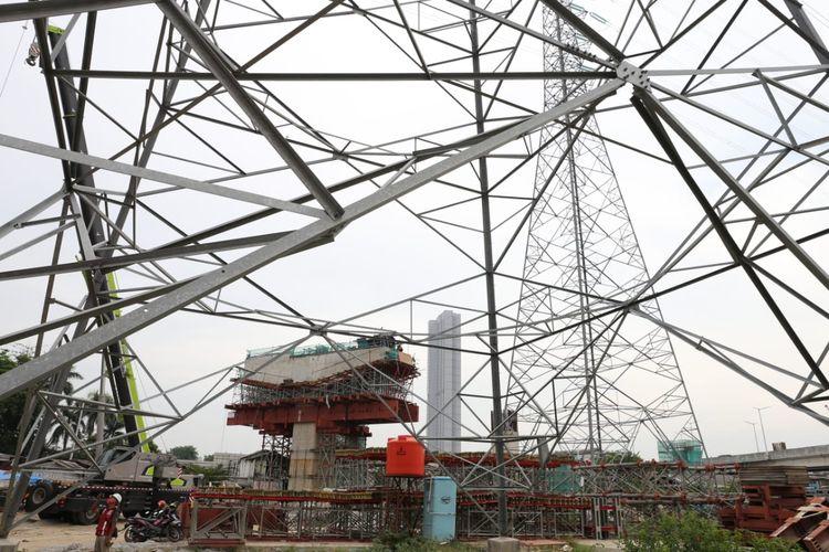Pembangunan Tol Layang Dalam Kota Jakarta Seksi A Kelapa Gading-Pulogebang menemui baanvak kendala. Antara lain pembebasan lahan tambahan, relokasi Saluran Udara Tegangan Tinggi (SUTT-150 kV), dan utilitas-utilitas lainnya, seperti pipa gas, pipa air bersih, saluran Kabel Tegangan Menengah, dan Saluran Distribusi/Jaringan Tegangan Rendah.