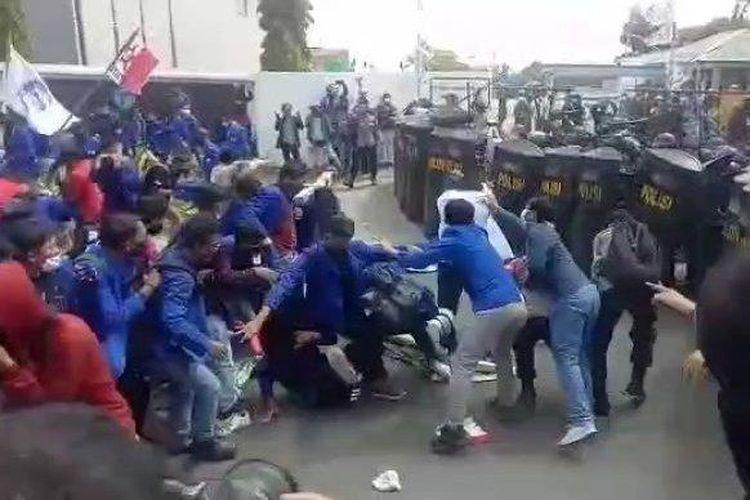 Ratusan mahasiswa Bekasi terlibat bentrok dengan aparat Kepolisian di kawasan Jababeka, Cikarang, Kabupaten Bekasi, Jawa Barat, pada Rabu (7/10/2020).