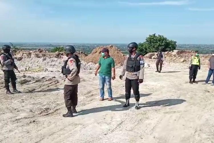 Petugas gabungan berjaga di lokasi penemuan sekitar 500 benda menyerupai mortir di Kawari 120 Area PT. Indocement Desa Palimanan Barat, Kecamatan Gempol, Kabupaten Cirebon Jawa Barat, Jumat (24/4/2020). Tim Jibom Detasemen Gegana Satbrimobda Jabar sedang dalam perjalanan untuk melakukan penelitian dan tindakan lebih lanjut terkait mortir tersebut.