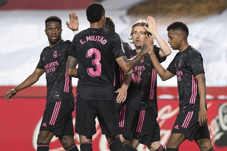Gelandang Real Madrid Luka Modric merayakan gol bersama rekan-rekannya pada laga kontra Granada di Stadion Los Carmenes, Jumat (14/5/2021) dini hari WIB.
