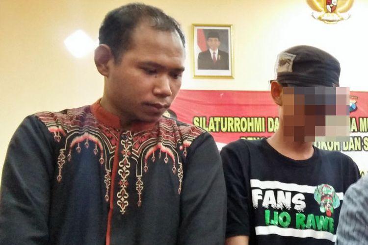 Nur Khalim (kiri) dan AA, siswa yang merokok di dalam kelas dan menantangnya hingga videonya viral di media sosial sepakat berdamai dalam mediasi di kantor Polsek Wringinanom, Kabupaten Gresik, Jawa Timur, Minggu (10/2/2019).