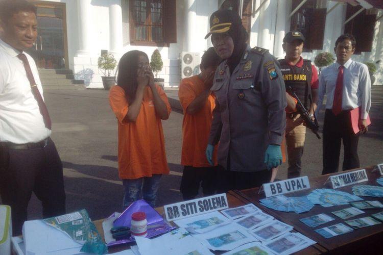 Tersangka peredaran uang palsu dan barang buktinya diamankan di Mapolrestabes Surabaya