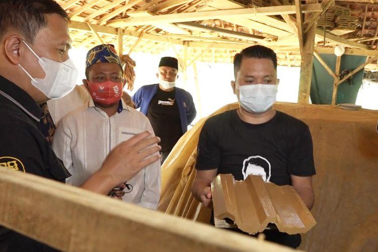 Anggota Komisi IV DPR RI Slamet Ariyadi meninjau ke lokasi pengrajin genting di Desa Tlambah, Kecamatan Karang Penang, Kabupaten Sampang ke pemerintah pusat.