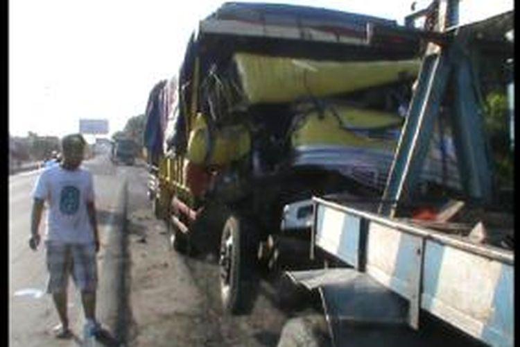 Truk pengangkut perlengkapan KTT APEC di Bali kecelakan di Kartasura, Jumat (27/9/2013).