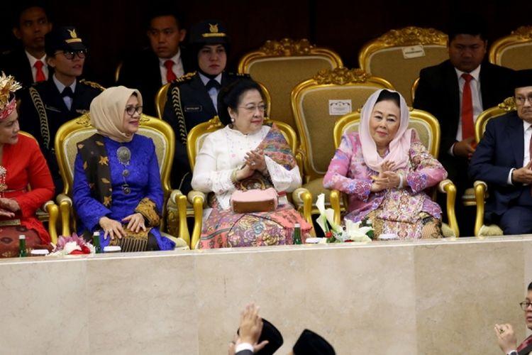 Ibu Negara Iriana Joko Widodo, Mufidah Jusuf Kalla, Megawati Soekarnoputri, Sinta Nuriyah serta BJ Habbie (kiri ke kanan) saat hadir dalam sidang tahunan Majelis Permusyawaratan Rakyat Republik Indonesia Tahun 2017 di Kompleks Parlemen, Senayan, Jakarta, Rabu (16/8/2017). Presiden Joko Widodo menyampaikan pidato, yakni pidato kenegaraan dalam rangka Hari Ulang Tahun RI ke 72.