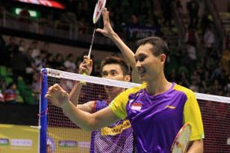 Pebulu tangkis Indonesia, Sony Dwi Kuncoro akan menyalami wasit servis setelah kalah dari Lee Chong Wei pada laga final Hongkong Open Superseries 2013 di Hongkong, Minggu (24/11/2013). Lee menang 21-13, 21-9.