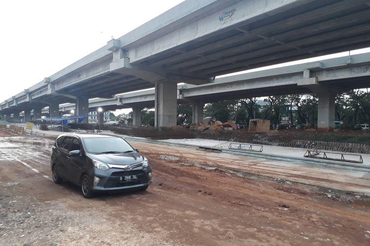 Lokasi proyek Tol Becakayu yang berdampingan langsung dengan wilayah RW 011, Kelurahan Cipinang Melayu, Kecamatan Makasar, Jakarta Timur, Kamis (5/12/2019).