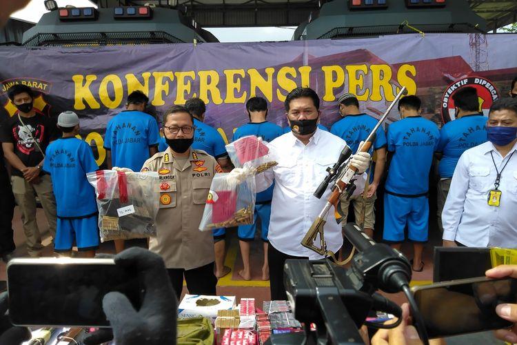 Direskrimum Polda Jabar Kombes CH Patoppoi dan Kabidhumas Polda Jabar Kombes Pol Saptono Erlangga tengah memperlihatkan barang bukti senjata api laras panjang rakitan seorang pengusaha bengkel berinisial AS.