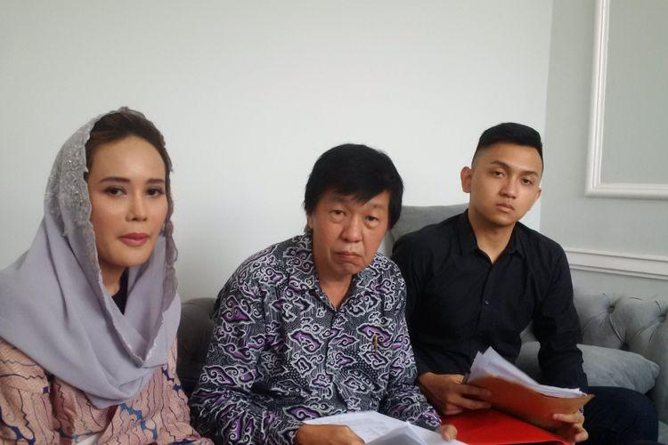 (Dari kiri) Martin Pratiwi dan kuasa hukumnya, Teddy Hartanto (tengah) menggelar jumpa pers di OneTouch Slimming, Kemang Selatan, Jakarta Selatan, Jumat (14/9/2018). Pratiwi memberikan keterangan terkait diduga Jessica Iskandar dan kakaknya, Erick Iskandar, melakukan pelanggaran kontrak kerja.