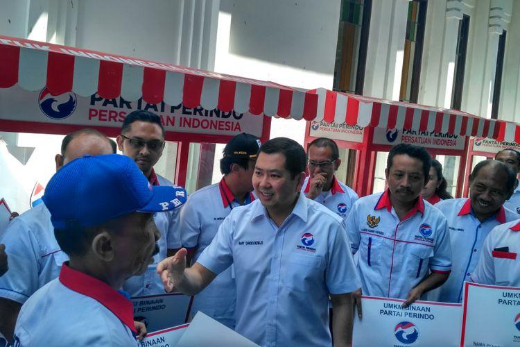 Hary Tanoesoedibjo memberikan bantuan usaha kepada kader Perindo di Denpasar, Jumat (28/4/2017).