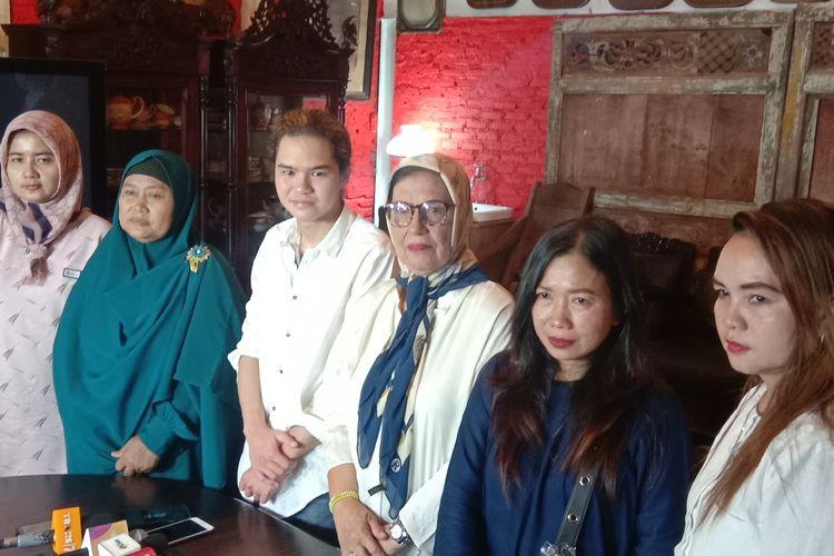 Ibunda Ahmad Dhani, Joyce Theresia Pamela Kohler, memberikan keterangan pers di kediamannya di Jalan Pinang Mas, Pondok Indah, Jakarta Selatan, Senin (9/9/2019).