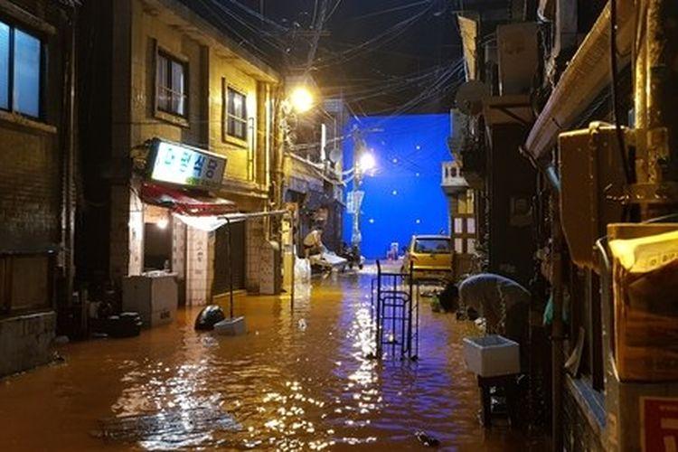 Seluruh set permukiman keluarga Kim dibangun sedemikian rupa sehingga dapat diisi dengan air untuk adegan banjir.