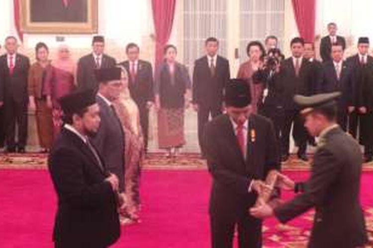 Presiden Joko Widodo memberikan gelar pahlawan nasional kepada tokoh Nahdlatul Ulama, Almarhumah Kyai Haji As'ad Syamsul Arifin. Upacara penganugerahan digelar di Istana Negara, Jakarta, Rabu (9/11/2016).