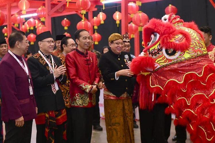Presiden Joko Widodo mengenakan busana rancangan desainer kondang Anne Avantie ketika menghadiri Perayaan Imlek Nasional 2020 di ICE BSD, Tangerang, Kamis (30/1/2020).
