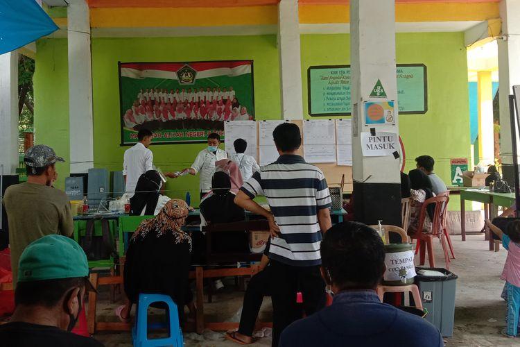 Suasana perhitungan suara di halaman Sekolah MAN 2 Bulukumba, Kabupaten Bulukumba, Sulawesi Selatan. Rabu (9/12/2020).