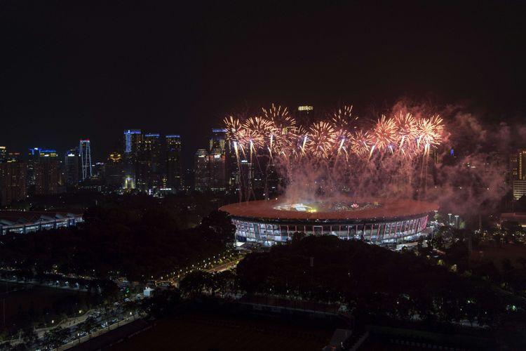 Kembang api diluncurkan pada Upacara Pembukaan Asian Games ke-18 Tahun 2018 di Stadion Utama GBK, Senayan, Jakarta, Sabtu (18/8). INASGOC/Ismar Patrizki/Sup/18.