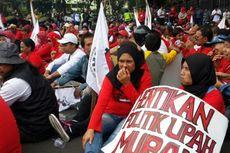 Desak PP Penetapan Upah Minimum Dicabut, Buruh Tutup Jalan di Depan Balai Kota