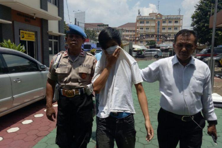 Polsek Pamulang menangkap Ari (27), pelaku penelantaran bayi yang merekayasa penemuan untuk di serahkan ke Rumah Sakit Umum Daerah (RSUD) Tangerang Selatan. Pelaku ditangkap di kawasan Pamulang, Tangerang Selatan, Minggu (1/3/2020).