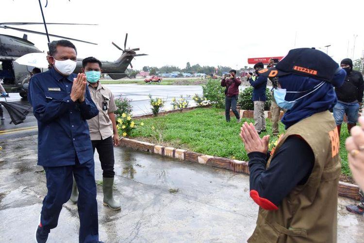 Gubernur Sulsel Nurdin Abdullah dan Bupati Luwu Utara Indah Putri Indriani saat meninjau lokasi terdampak banjir dan tempat pengungsian warga yang terdampak banjir bandang.