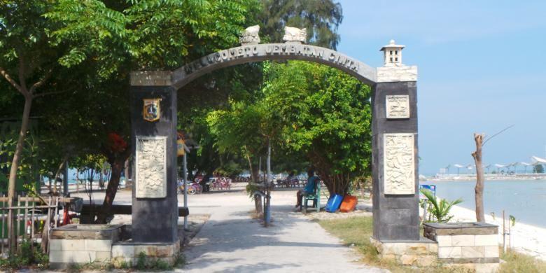 Gerbang menuju Jembatan Cinta di Pulau Tidung,  Kecamatan Kepulauan Seribu Selatan, Kabupaten Kepulauan Seribu, DKI Jakarta.