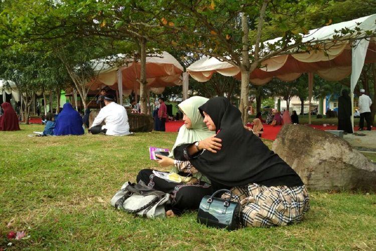 Warga berziarah di makam massal korban bencan gempa dan tsunami Aceh di kawasan Ulhe Lheu Banda Aceh, sekaligus memperingati 13 tahun pasca bencana gempa dan tsunami.