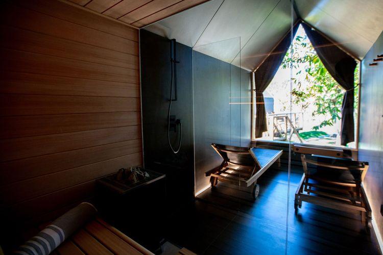 Fasilitas sauna di situs glamping cokelat.