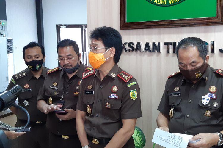 Johanis Tanak (masker orange) menerangkap penangkapan Mawardi selaku DPO Kasus Korupsi Danah Hibah KPU 2013. Johanis didampingi kepala Kejaksaan Negeri Jambi dan stafnya di Kejaksaan Tinggi Jambi, pada Selasa (8/9/2020).