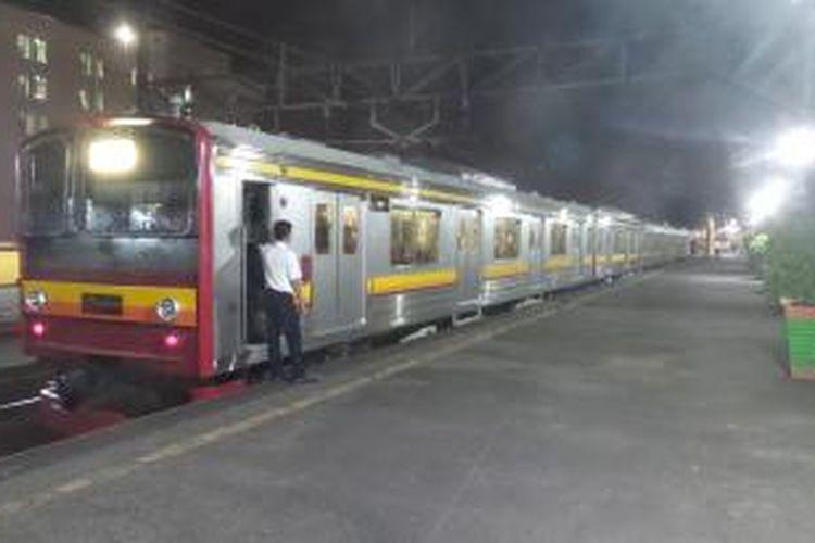 Rangkaian kereta rel listrik (KRL) commuterline dengan formasi 12 kereta saat berhenti di Stasiun Gondangdia, Jakarta Pusat, Selasa (22/9/2015)