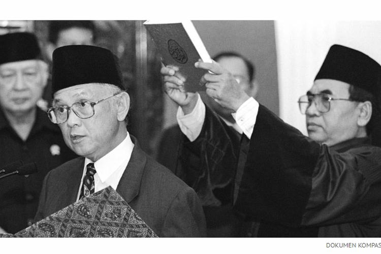 BJ Habibie, Kamis (21/5/1998) mengucapkan sumpah sebagai Presiden RI yang baru di Jakarta, disaksikan presiden sebelumnya, Soeharto