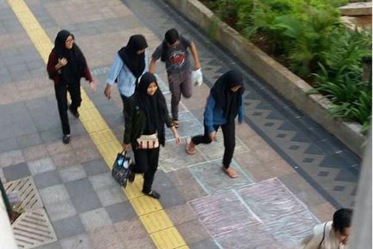 Sejumlah orang menjajal eksperimen di trotoar kawasan Dukuh Atas, Jakarta, dari komunitas Koalisi Pejalan Kaki.