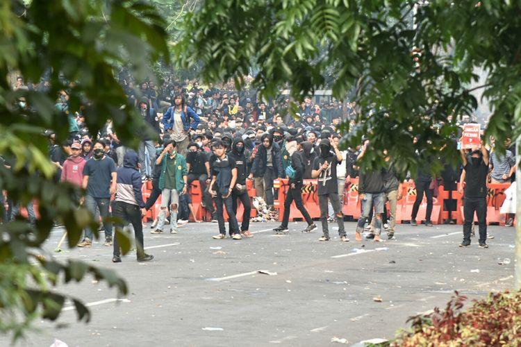 Aksi massa unjuk rasa di Gedung DPRD Jabar, Kota Bandung berakhir ricuh, Selasa (24/9/2019). Massa aksi unjuk rasa masih bertahan meski polisi telah memukul mundur dengan menembakan gas air mata hingga water cannon.