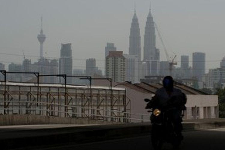 Kabut asap juga menyelimuti Kuala Lumpur, Malaysia sehingga Menara Petronas pun hanya terlihat samar-samar. Akibat kabut asap yang kian tebal, sebanyak 200-an sekolah di Malaysia terpaksa diliburkan.